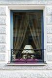 Janela com lâmpada e estrutura decorativa Imagem de Stock Royalty Free