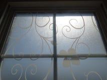 Janela com raios brancos filigranas e do sol Imagens de Stock