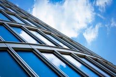 Janela com reflexão da nuvem Imagens de Stock Royalty Free