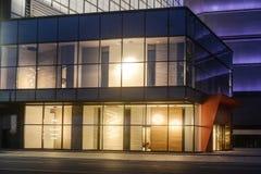 A janela comercial moderna da loja conduziu a iluminação foto de stock