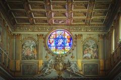 Janela cor-de-rosa decorada da basílica de Santa Maria Maggiore em Roma fotos de stock