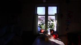 A janela da casa Fora da janela, muita neve, casas da vila vídeos de arquivo