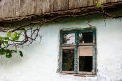Janela da casa muito velha Fotografia de Stock