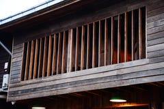 Janela da casa tailandesa usada da madeira Fotos de Stock