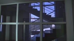 Janela da escadaria do escritório vídeos de arquivo