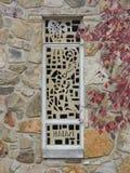 Janela da igreja com as folhas da pedra e da queda Fotografia de Stock Royalty Free