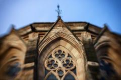A janela da igreja em uma inclinação deslocou a vista fotografia de stock