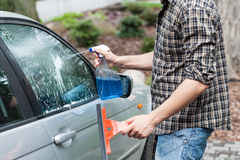 Janela da limpeza do homem em um carro Fotografia de Stock