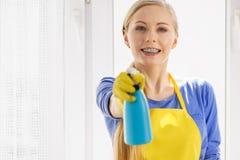 Janela da limpeza da mulher em casa fotografia de stock