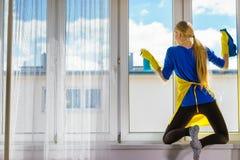 Janela da limpeza da mulher em casa fotos de stock