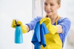 Janela da limpeza da mulher em casa imagens de stock