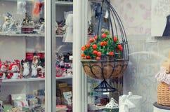 Janela da loja com lembranças e as decorações home decorativas foto de stock royalty free