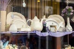 Janela da loja com os pratos diferentes da cozinha do vintage imagens de stock