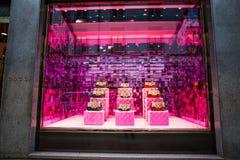 Janela da loja de uma loja de Gucci na área de Milão - de Montenapoleone, Itália Gucci ensaca a coleção do verão 2017 da mola imagem de stock royalty free