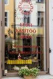 Janela da loja do artesanato em Tallinn, Estônia Fotos de Stock