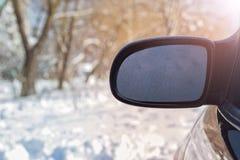 A janela da vista traseira é coberta com a geada, contra um fundo do foco macio Fotos de Stock