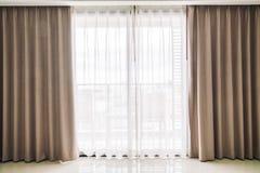 Janela das cortinas imagens de stock