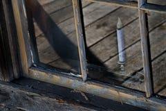 Janela de cabana rústica de madeira com uma vela Fotos de Stock