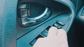 Janela de carro de giro do botão da mão vídeos de arquivo