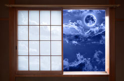 Janela de deslizamento japonesa tradicional e céu noturno romântico foto de stock royalty free