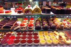 Janela de exposição da loja de pastelaria com bolos Imagens de Stock