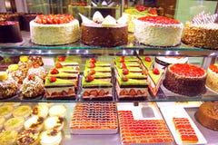 Janela de exposição da loja de pastelaria com bolos Fotografia de Stock
