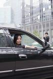 Janela de Looking Out Car da mulher de negócios Foto de Stock