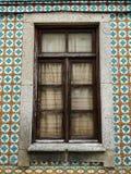 Janela de madeira de casas portuguesas típicas, com os azulejos na fachada fotos de stock royalty free