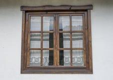 Janela de madeira com as cortinas de laço brancas Foto de Stock Royalty Free
