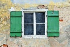 Janela de madeira com cortinas do verde em uma construção velha fotos de stock