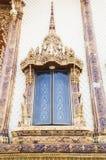 Janela de madeira de cinzeladura dourada antiga Imagens de Stock Royalty Free