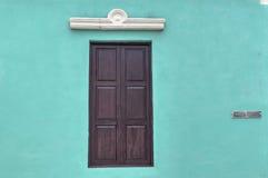 Janela de madeira de uma casa colonial em Guantanamo, Cuba Fotografia de Stock