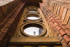 Janela de madeira do Grunge em janelas velhas da parede de tijolo na parede de tijolo imagens de stock royalty free