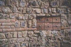 Janela de madeira na textura rústica da parede de pedra de um castelo Imagens de Stock