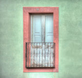 Janela de madeira velha em uma parede verde Fotografia de Stock Royalty Free