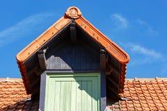 janela de madeira velha no telhado de um celeiro velho imagens de stock