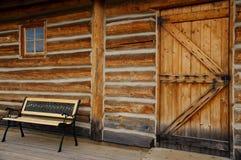 Janela de porta de cabana rústica de madeira vazia do banco Fotos de Stock Royalty Free