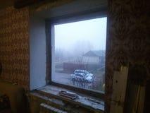 Janela de Reparing na casa do russo foto de stock royalty free
