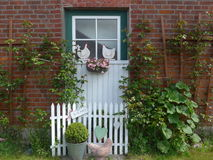 Janela de uma casa da quinta velha imagens de stock