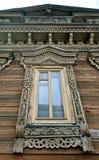 Janela de uma casa velha decorada com cinzeladura, Rússia do russo Fotografia de Stock Royalty Free