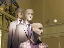 A janela de uma loja de roupa com os manequins em St Petersburg, Rússia Projeto bonito, luminoso, à moda Fotos de Stock Royalty Free