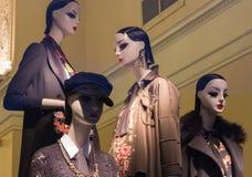 A janela de uma loja de roupa com os manequins em St Petersburg, Rússia Projeto bonito, luminoso, à moda Imagem de Stock