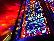 Janela de vitral colorida na catedral nacional imagem de stock