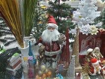 Janela de 1 vitral com as decorações de Papai Noel e de Natal bonitos Fotografia de Stock