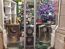 Janela de 1 vitral com os pinheiros e os relógios do Natal das decorações do Natal com fogo imagens de stock