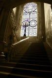 Janela de vitral de Bussaco e escadaria de mármore do palácio, interior do palácio, luxo velho imagem de stock