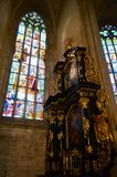 Janela de vitral e interior ornamentado do altar da igreja do St Barbara, Kutna Hora, República Checa foto de stock royalty free