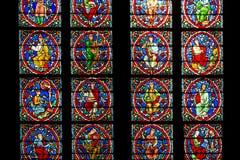 Janela de vitral na catedral de Notre Dame, Paris imagem de stock