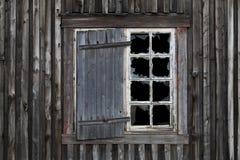 Janela despedaçada na casa abandonada velha Imagens de Stock Royalty Free