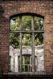 Janela destruída velha com janelas quebradas em uma parede de tijolo foto de stock royalty free